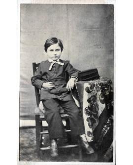 Enfant posant assis. Albert Loprée