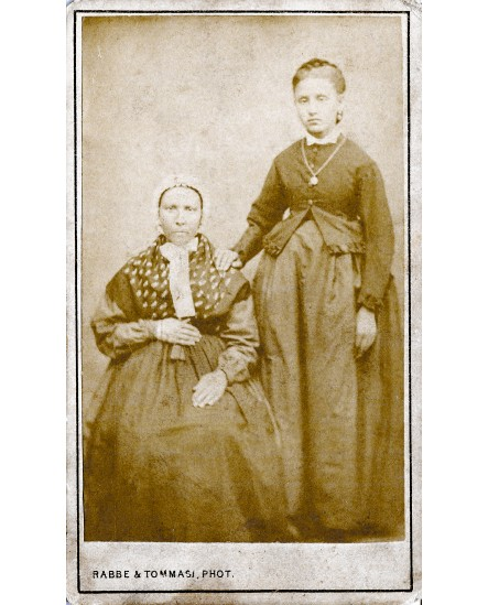 Deux femmes posant. Madame Cheibert et sa fille Elisabeth