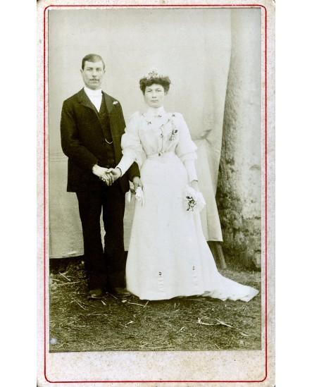 Couple de marié posant debout