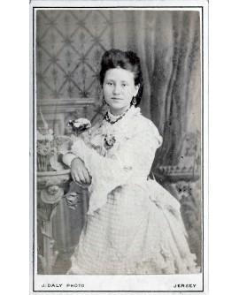 Jeune femme posant debout