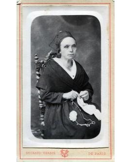 Femme en robe noire faisant du crochet