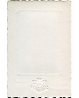 Communiante debout en robe blanche