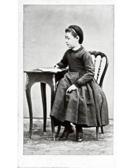 Fillette assise lisant un livre
