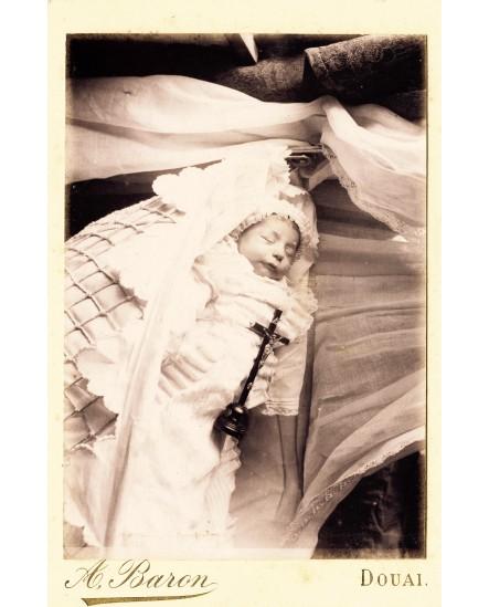Photographie mortuaire d'un bébé