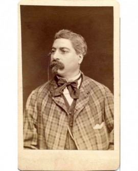 Autoportrait photographe Reynouls en veste à carreaux