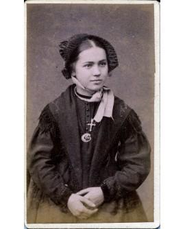 Hermillon. Femme en tenue traditionnelle maurienne.