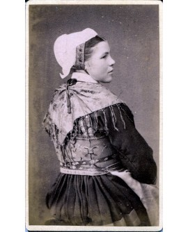 Saint-Jean d'Arves. Femme en tenue traditionnelle maurienne.