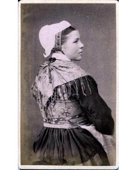 Saint-Jean d'Arves. Femme en tenue traditionnelle maurienne.