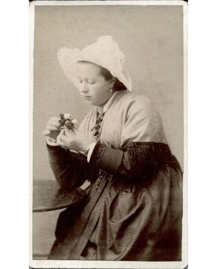 Valloires. Femme en tenue traditionnelle maurienne.