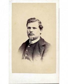 Portrait d'homme à moustache et barbiche.