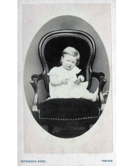 Bébé assis dans un fauteuil