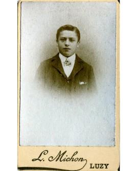 Portrait d'un jeune homme en costume