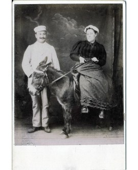 Couple posant, elle assis sur un âne