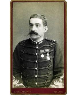 Militaire moustachu avec décorations