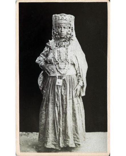 femme en grande tenue traditionnelle algérienne