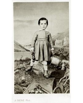 Jeune garçon tenant un tambour et une quille. jouet