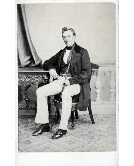 Homme posant assis avec une canne