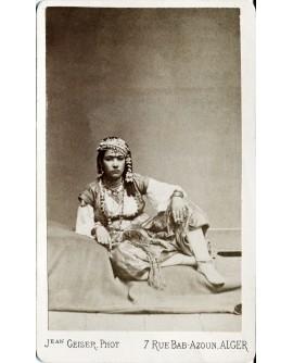 Femme algérienne en costume traditionnel