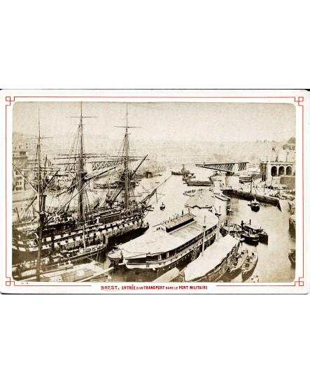 Entrée d'un transport dans le port militaire de Brest. bateau