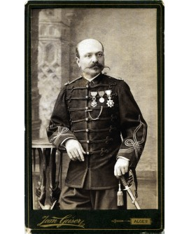 Militaire debout avec sabre et décorations