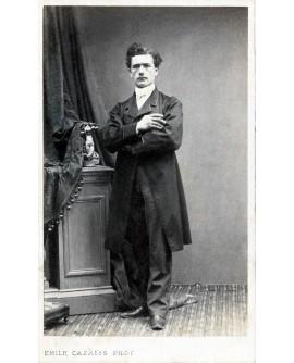 Auguste Soucard (?) posant debout