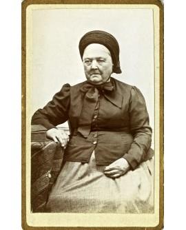 femme agée posant assise
