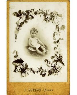Bébé assis dans une carte cabinet décoré