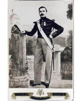 Militaire posant debout avec shako. photo peinte