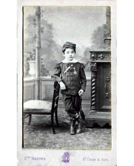 Jeune garçon en uniforme avec médaille de 1er de la classe