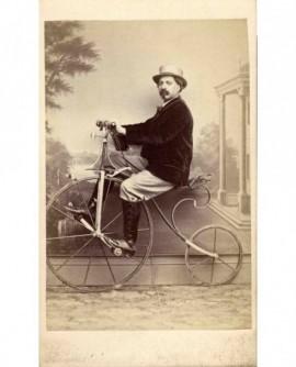 autoportrait du photographe A. Reynouls sur un grand bi