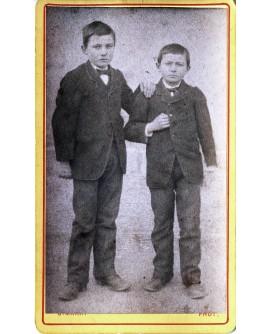 Deux jeunes garçons en costume