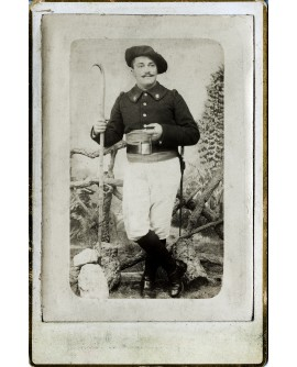 Militaire posant debout. chasseur alpin