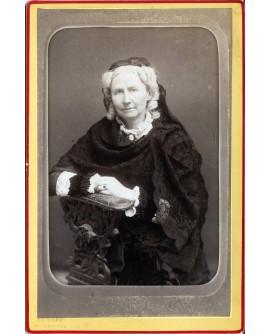 Femme âgée posant avec un châle