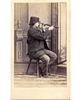 autoportrait photographe A. Reynouls, képi et longue vue