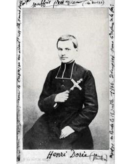 Henri Dorie. prêtre vendéen posant avec un crucifix