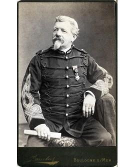 Militaire posant avec une médaille