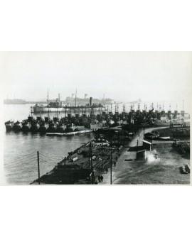 Bateaux militaires dans le port de Oran (Algérie)