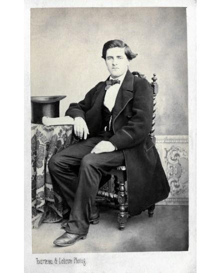 Homme posant assis. L. Ferrie ??? 1869