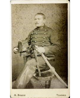Militaire du 14éme posant assis avec son sabre