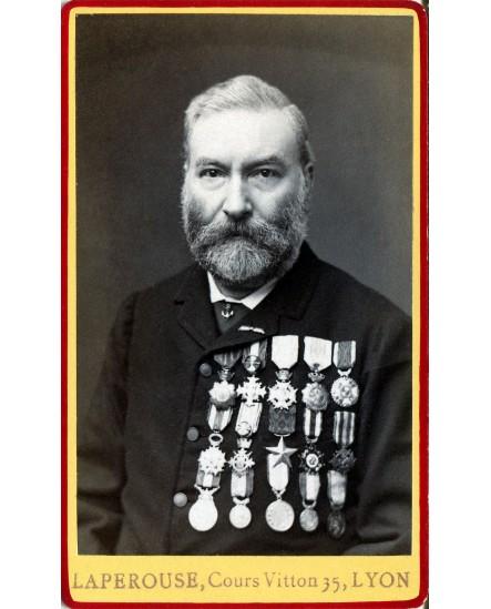 Homme posant avec nombreuses médailles (décorations)