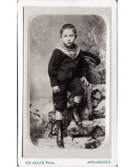 Jeune garçon en costume de marin