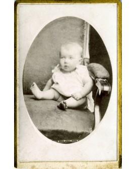Bébé posant assis