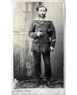 Pierre Barbe. Marin militaire posant debout