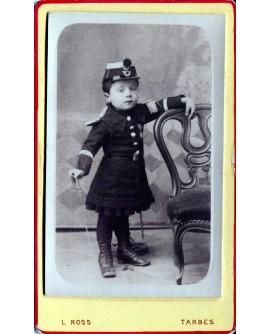 Jeune garçon en tenue de militaire