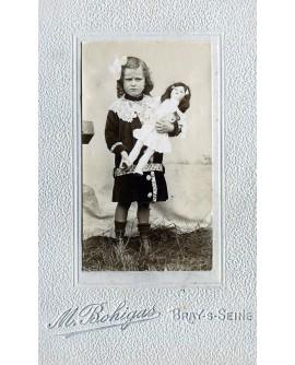 Françoise Ducos, fillette tenant une poupée