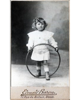 Jeune enfant tenant un cerceau. jouet