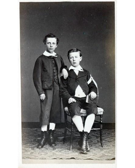Deux jeunes garçons posant, dont un communiant