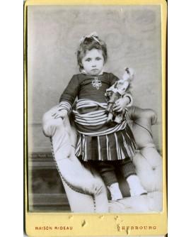 Fillette tenant une poupée. jouet