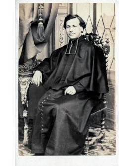 Prêtre posant assis