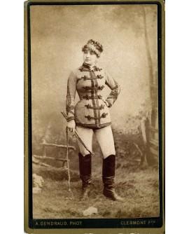 Femme en tenue de militaire ou de cavalière